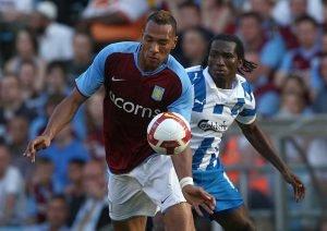 Djemba Djemba spelade i fyra år för danska OB i den blåvita tröjan. Här i duell med John Carew i Aston Villa,